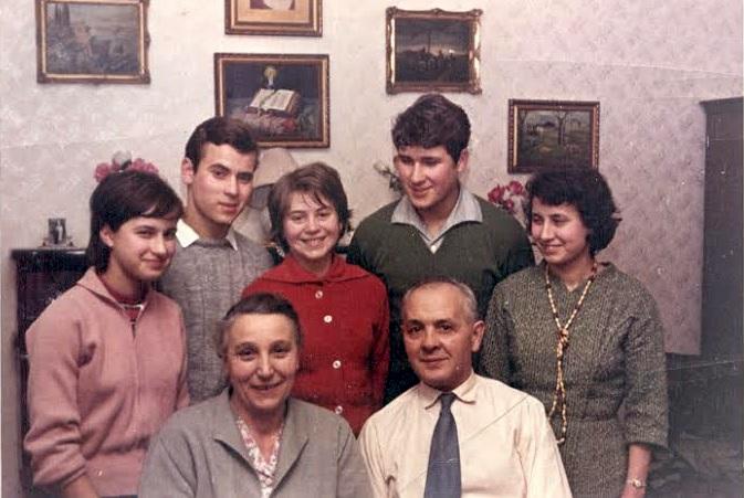 Felső-kispesti otthonukban párjával, és a szívéhez nőtt idősebb Ablonczy gyerekekkel