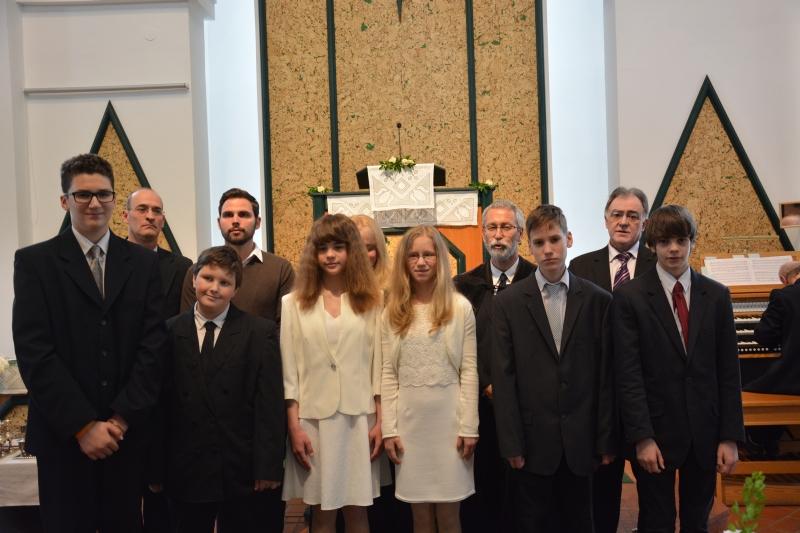 Konfirmáló fiatalok ünnepéről készült fényképekből - Kóra Károly fotója